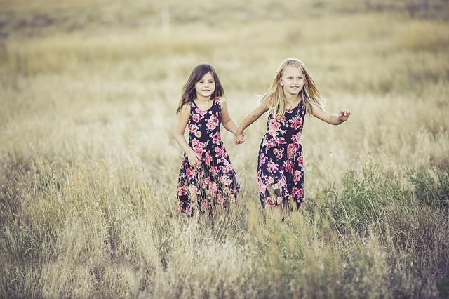 dívky ve stejných šatech.jpg