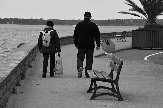 starý pár na procházce
