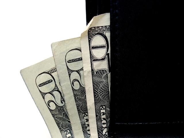 přeložené bankovky na černo-bílém podkladu
