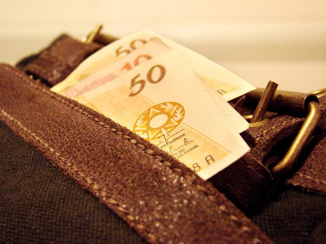 bankovky založené v peněžence u kalhot